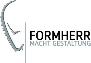 Hier sehen Sie das Logo der Firma Formherr. Darauf zu sehen ist ein abstrakt gezeichneter Kopf eines Steinbocks. Daneben steht Formherr macht gestaltung. Das ganze ist schwarz weiß gehalten.